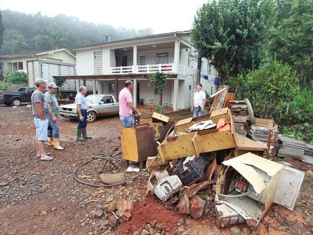 Casas foram inundadas por chuva forte em Pinhalzinho (Foto: Elieser Donhauser/AGR/Rádio Centro Oeste)