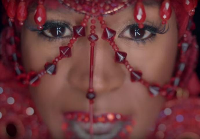 Karol Conka lacra com looks variados no clipe de É o Poder (Foto: Reprodução Internet)