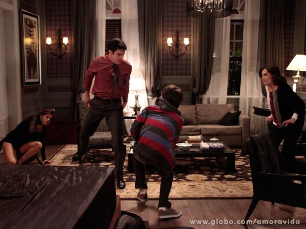Jonathan tenta apartar a briga, mas acaba apanhando do pai (Foto: Amor à Vida / TV Globo)