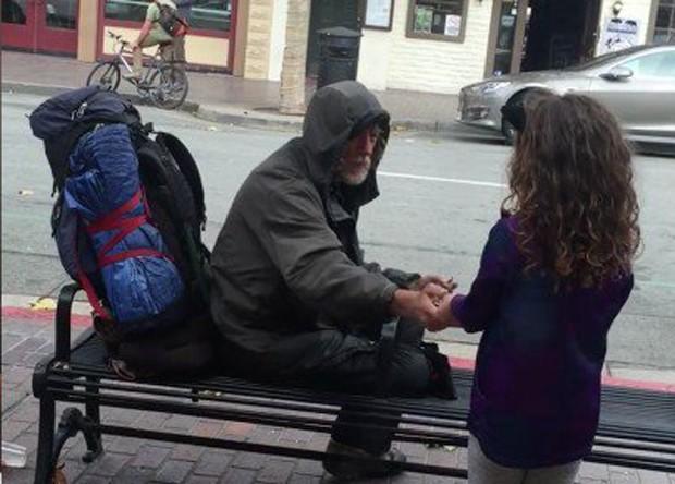 Ella saiu do restaurante e deu a comida para o morador de rua (Foto: Reprodução)