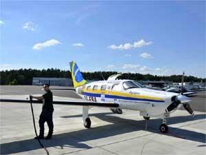 Piloto Walter Toledo abastece avião na Alemanha antes de partir para a Escócia (Foto: Divulgação/Arquivo Pessoal)