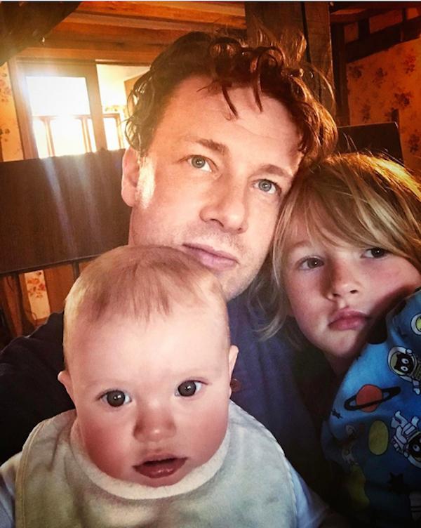 O apresentador Jamie Oliver com dois de seus filhos (Foto: Instagram)