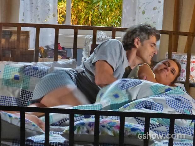 Cadu tenta fazer carinho na mulher, mas ela não dá bola (Foto: Em Família/ TV Globo)