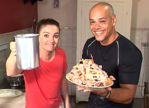 Michelly Correa foi até Rio Branco do Sul para saborear um café com 'cueca virada' (Foto: Reprodução/ Plug)