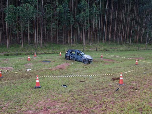 Local foi isolado para trabalho da perícia, que vai inevstigar as causas do acidente  (Foto: Acontece  Botucatu/ Divulgação )