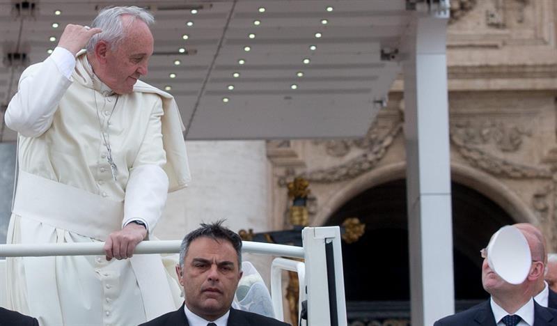 Uma rajada de vento tirou o solidéu da cabeça do papa Francisco durante a missa desta quarta-feira na Praça São Pedro