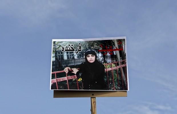 Imagem de Farkhunda é carregada em cartaz durante seu funeral em Cabul, neste domingo (22) (Foto: Mohammad Ismail/Reuters)