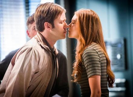 Arthur manda Max beijar Eliza em ensaio para prova de concurso