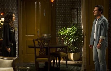 Morena vai atrás de Théo e finalmente conta tudo o que aconteceu na Turquia. Ela revela também que o capitão tem uma filha Reprodução