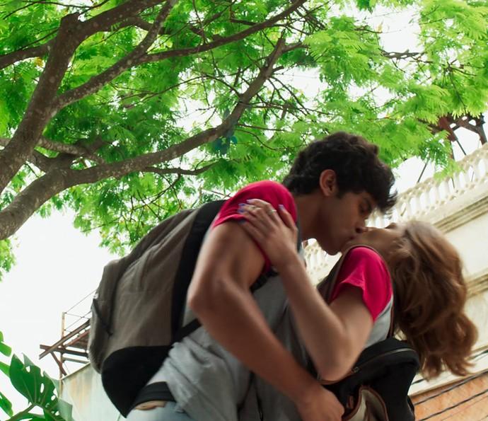 Jabá entende tudo errado e tasca um beijão daqueles em Juliana (Foto: TV Globo)