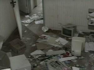 Escritório tinha documentos e computadores no chão antes de reforma (Foto: Reprodução/TV Gazeta)