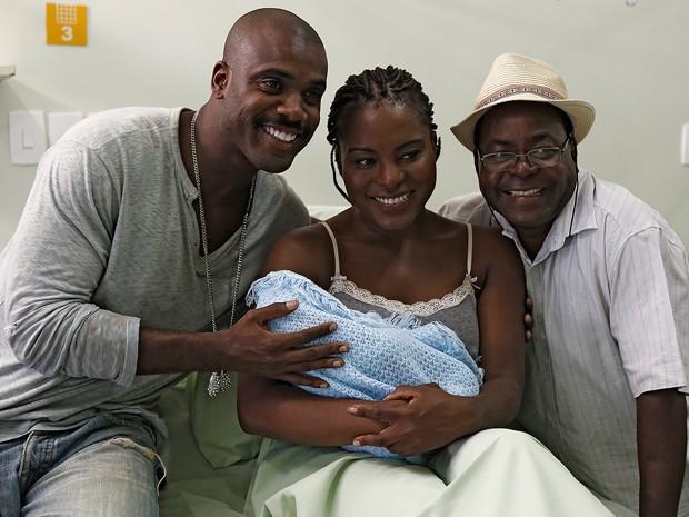 Zulma com o bebê recém-nascido nos braços (Foto: Fábio Rocha/Gshow)
