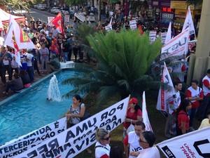 Manifestantes protestam na Praça do Bandeirante, em Goiânia, Goiás (Foto: Luísa Gomes/G1)