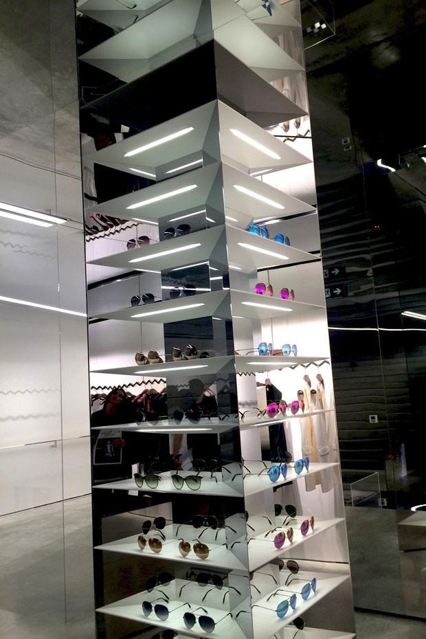 O display metálico de óculos na loja VB (Foto: Divulgação)