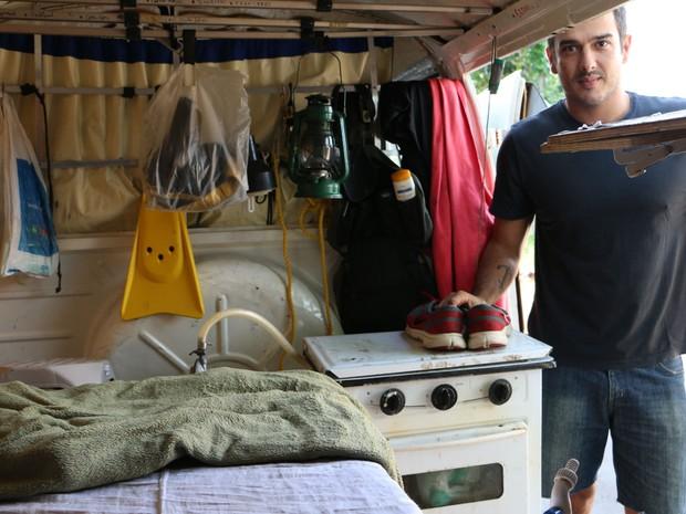 Empresário transformou Kombi em sua moradia por quase 1 ano (Foto: José Raphael Berrêdo / G1)