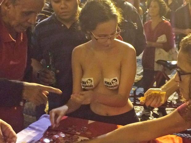 Manifestante colou adesivo contra Jair Bolsonaro em protesto contra o impeachment no Rio (Foto: Alessandro Ferreira/G1)