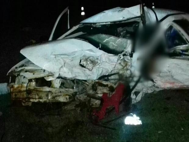 Veículos ficaram destruídos após a batida  (Foto: Divulgação/PRF)