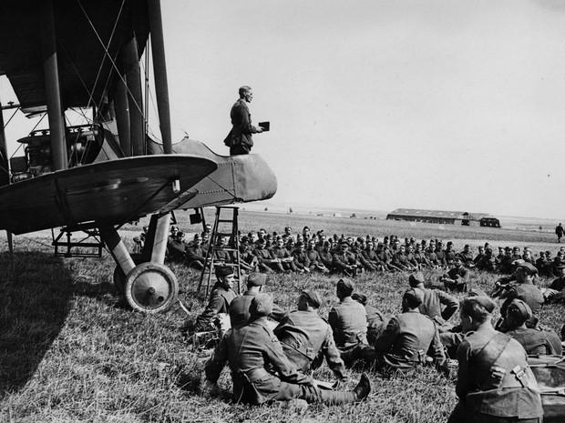 Primeira Guerra Mundial: capelão faz sermão do cockpit de um avião de guerra (Foto: Flickr/National Library of Scotland)