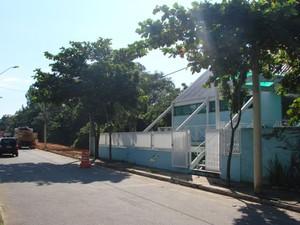 Casa na avenida Shishima Hifumi bloqueia expansão de ciclovia, em São José dos Campos. (Foto: Renato Ferezim/ G1)