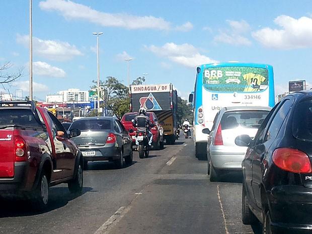 Veículos enfrentam trânsito lento na EPTG, durante carreata de servidores da Caesb (Foto: Isabella Formiga/G1)