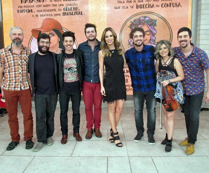 Banda Vanguart posa com os apresentadores nos bastidores do 'Encontro' (Foto: Carolina Morgado/Gshow)