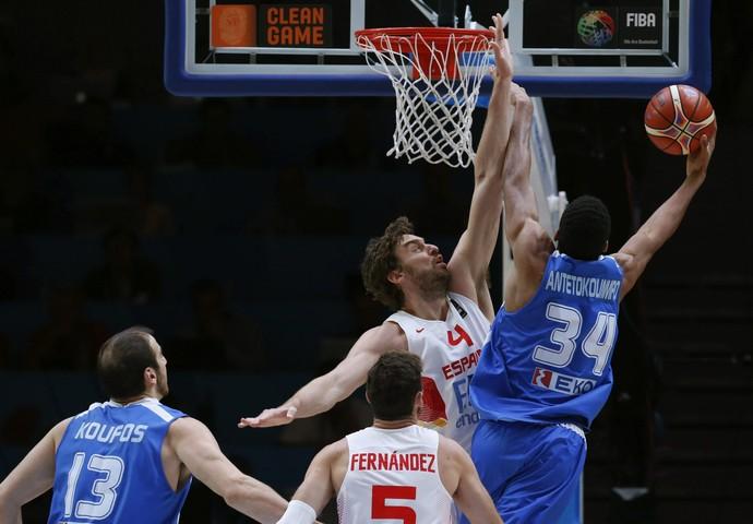 Espanha x Grécia Pau Gasol Antetokounmpo  Europeu basquete (Foto: EFE)
