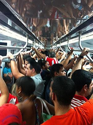 Metrô lotado no caminho para a Arena Pernambuco (Foto: Alexandre Morais / G1)