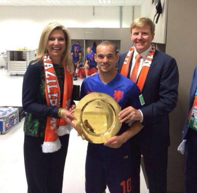 Sneijder ganha homenagem por 100 jogos pela seleção inglesa das mãos do Rei Guilherme Alexandre I e da Rainha Máxima (Foto: Reprodução / Twitter)