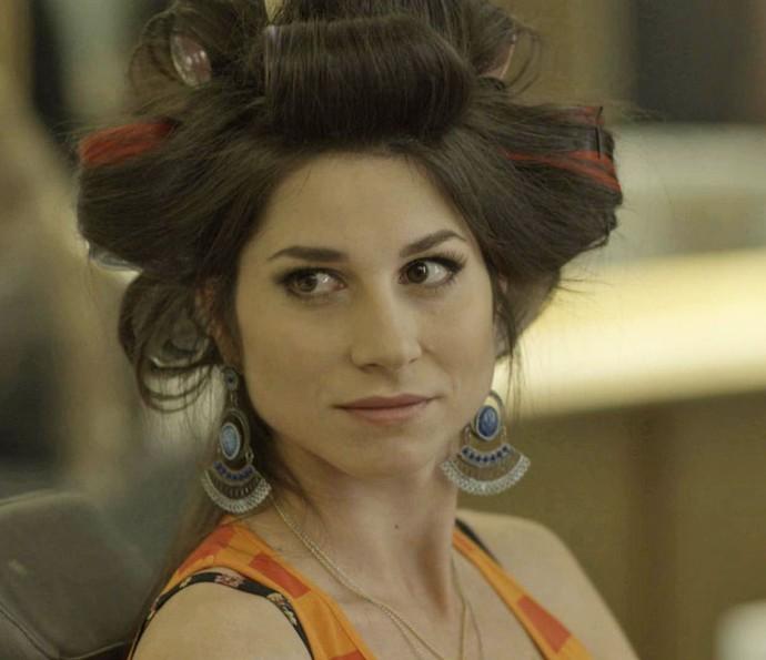 Carmela diz a Jéssica que a irmã não tem antecedentes criminais, mas a loira já pensou em tudo (Foto: TV Globo)