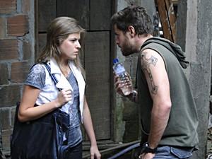 Moisés exibe que Luisa colabore com ele (Foto: Malhação / TV Globo)