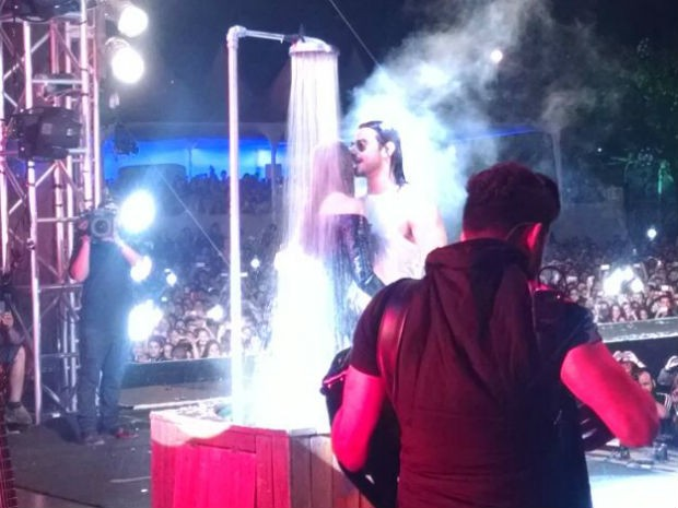 Mariano toma banho com fã no palco durante show em Sorocaba (Foto: Natália de Oliveira/G1)