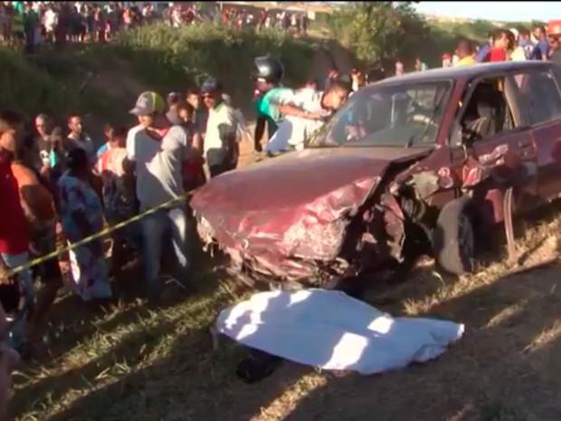 Vítimas estavam no acostamento quando foram atingidas por carro na Bahia (Foto: Reprodução/TV Sudoeste)