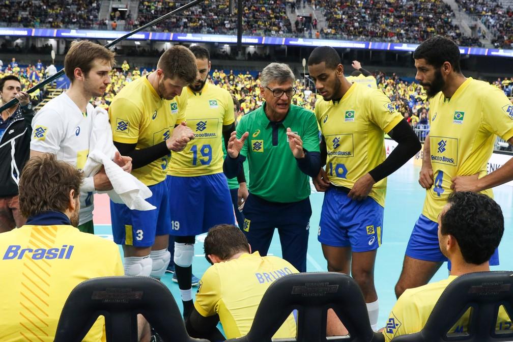 Renan conversa com os jogadores durante a partida contra a Rússia (Foto: Divulgação/FIVB)