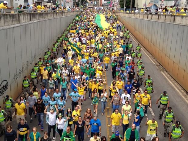 Manifestantes caminham pela Avenida 85, em Goiânia, em ato pró-impeachment de Dilma (Foto: Vitor Santana/G1)