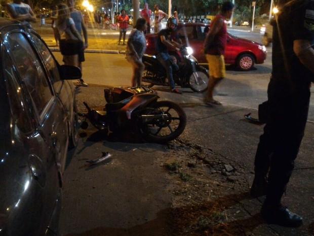 Com o impacto, motocicleta atingiu carro parado em estacionamento (Foto: Divulgação)