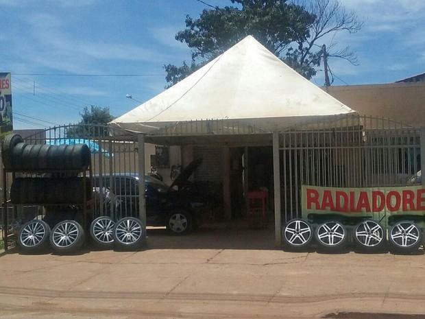 Borracharia em Brazlândia, no Distrito Federal, onde trabalha homem que acusa governo de 'montar' cenário em ação anti-Aedes (Foto: Raquel Morais/G1)