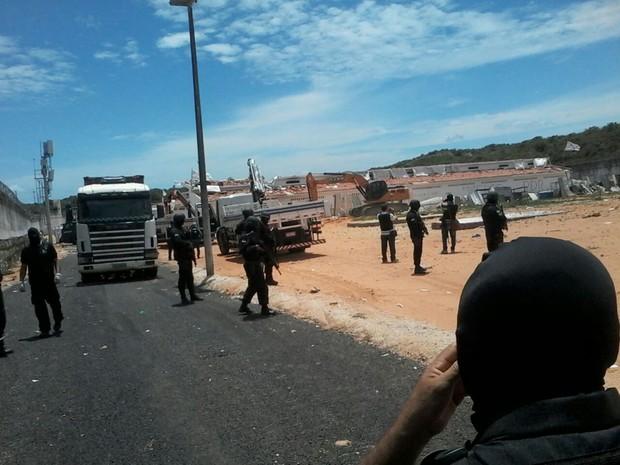 PM fez missão para montar muro de contenção feito com contêineres (Foto: Sejuc/Divulgação)