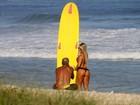 Kadu Moliterno tira fotos da namorada gata em praia do Rio
