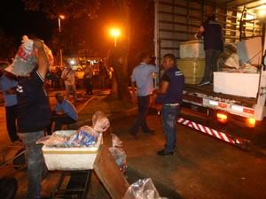 Polícia Militar apreendeu bebedida alcoólica e comida de ambulantes em Goiânia, Goiás (Foto: Benedito Braga)