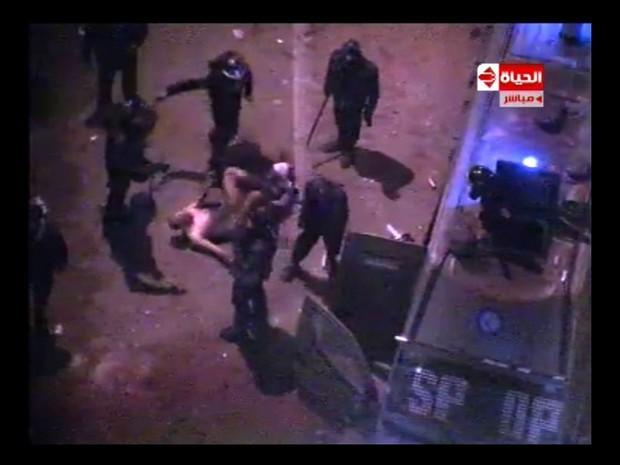 Egípcio afirmou ter sido despido por policiais (Foto: AFP)