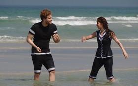 Saiba mais sobre a moda praia de Laura, Edgar e seus amigos
