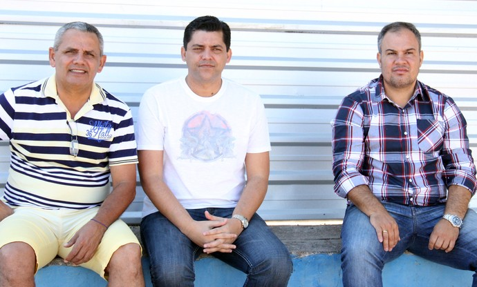 Presidente do Corumbaense, Luiz Bosco Delgado, com o treinador Cláudio Roberto e o gerente Aleson Alípio (Foto: Divulgação/Corumbaense)