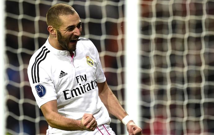 Benzema comemora gol do Real Madrid contra o Liverpool (Foto: Agência AFP)