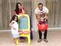 Denilson abre a casa e comemora o Dia dos Pais ao lado dos filhos
