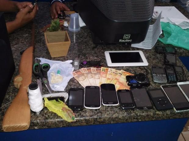 Celulares e eletrônicos foram achados na casa de suspeita (Foto: Claudinei Sorce/ Arquivo Pessoal)