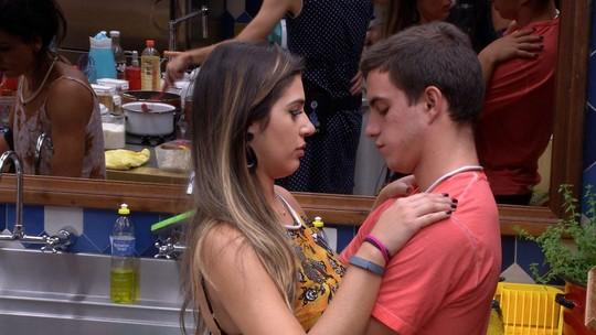 Vivian e Manoel ficam abraçados na cozinha