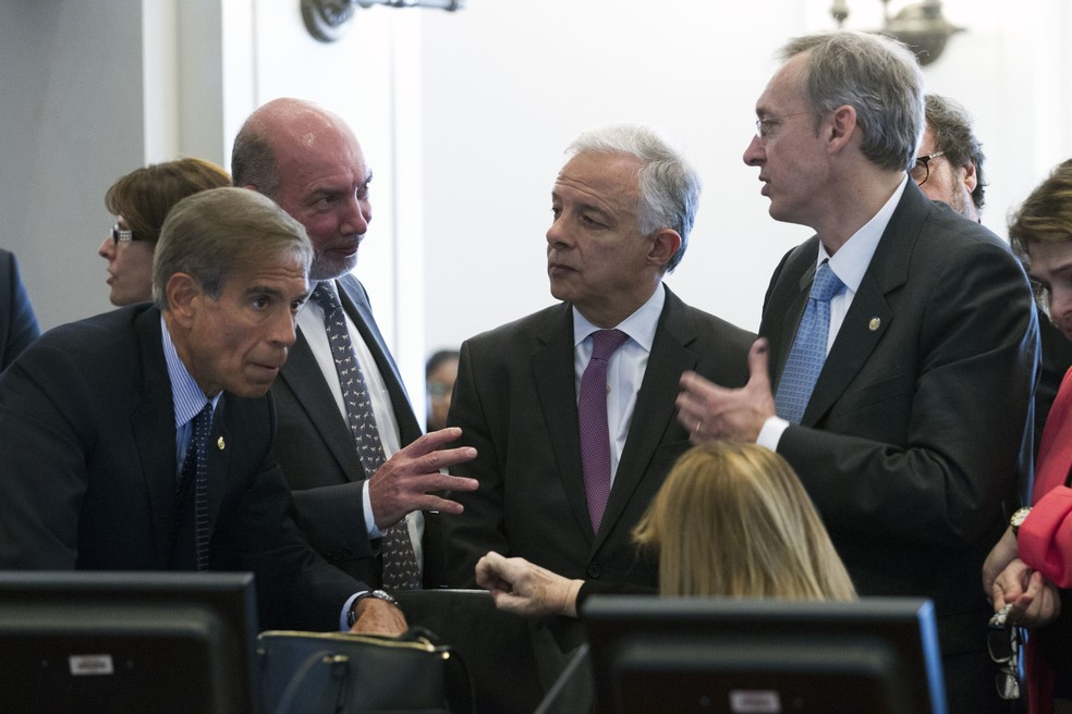 Membros do Conselho Permanente da OEA durante sessão desta segunda-feira (3): Juan José Arcuri, da Argentina, Luis Alfonso de Alba, do México, Andrés González, do Uruguai, e Hugo Cayrus, da Colômbia (Foto: AP Foto/José Luis Magana)