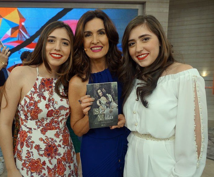 As gêmeas escritoras Mônica e Monique com a apresentadora  (Foto: Carolina Morgado/Gshow)
