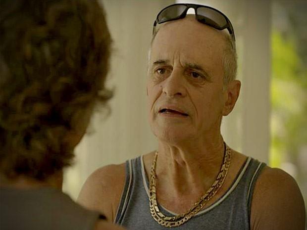 Leleco pressiona Max sobre seu passado (Foto: Avenida Brasil/TV Globo)