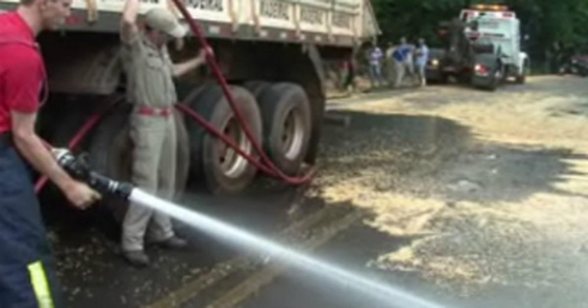 Carreta carregada com milho tomba e interdita rodovia no sudoeste ... - Globo.com